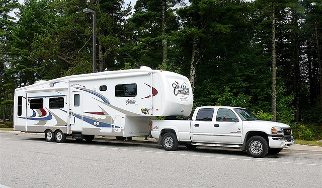 fulltime-rvers-living-traveling-in-this-2006-cardinal-fifth-wheel-trailer